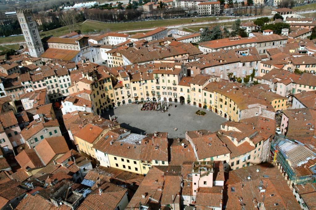 piazza centrale di lucca vista dall'alto